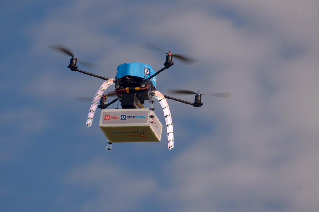 Hozza a postás a csomagot. Ja nem, a drón.