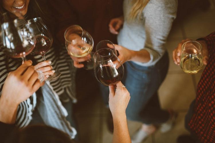 Az amerikai vásárlók fele iszik alkoholt online vásárlás közben
